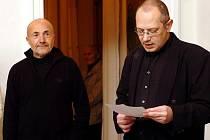 Aleš Rezler (vpravo) zahajuje výstavu Josefa Hnízdila v Galerii Felixe Jeneweina