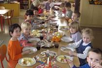 Téměř vánoční oběd si děti vychutnaly.