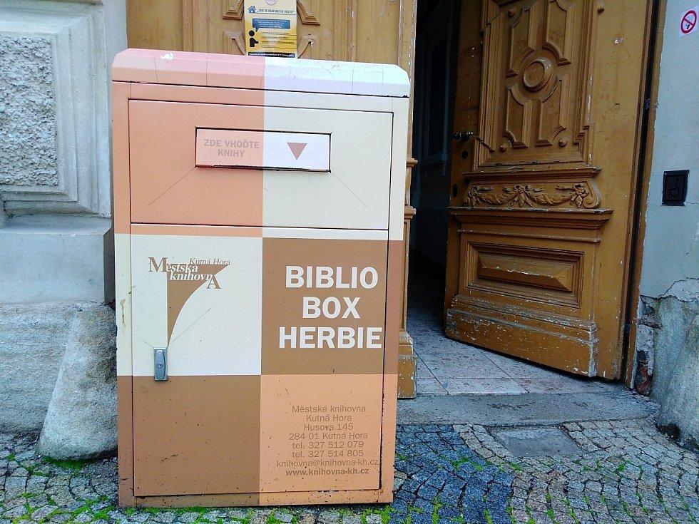 Bibliobox u vchodu do budovy Městské knihovny v Husově ulici v Kutné Hoře.