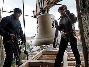 Vyzdvižení zvonu Jakub Maria na věž kostela sv. Jakuba v Kutné Hoře
