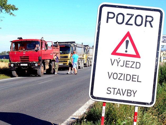 Uzavírka silnice na Kolín.