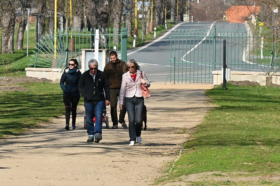 Velikonoční odpoledne v zámeckém parku na Kačině.
