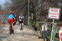 Cyklostezka podél říčky Vrchlice v Kutné Hoře.