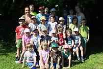 Děti z církevní školky Jakub na školní zahradě.
