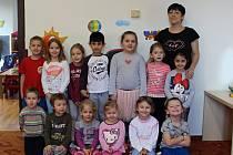 Děti s paní učitelkou v Mateřské školce Dačického náměstí v Kutné Hoře.