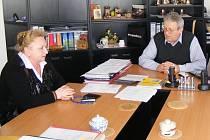 Okresní policejní ředitelka Blanka Matějů na návštěvě u vrdského starosty Antonína Šindeláře.