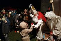 Z adventního jarmárku, mikulášské nadílky a slavnostního rozsvícení vánočního stromu v Zehubech.