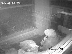 Muže při pokusu o vloupání do obchodu v Drobovicích zachytila bezpečnostní kamera