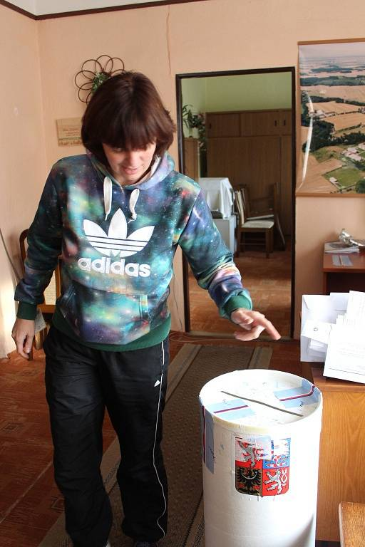 Volební místnost ve Zbýšově na Kutnohorsku.