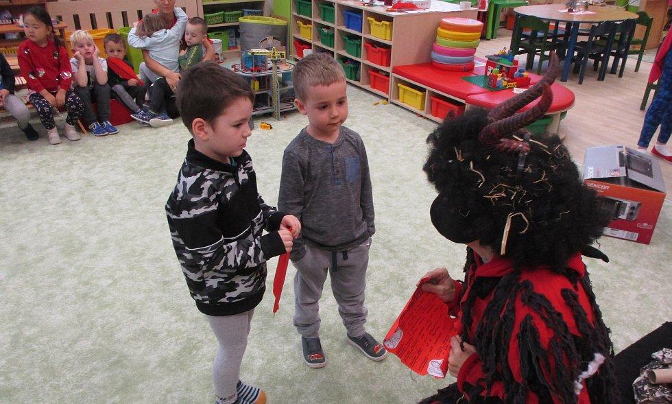 Mikuláš s čertem a andělem navštívili Mateřskou školu 17. listopadu v Kutné Hoře.