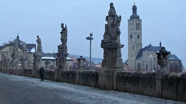 Sochy před bývalou jezuitskou kolejí v Kutné Hoře.