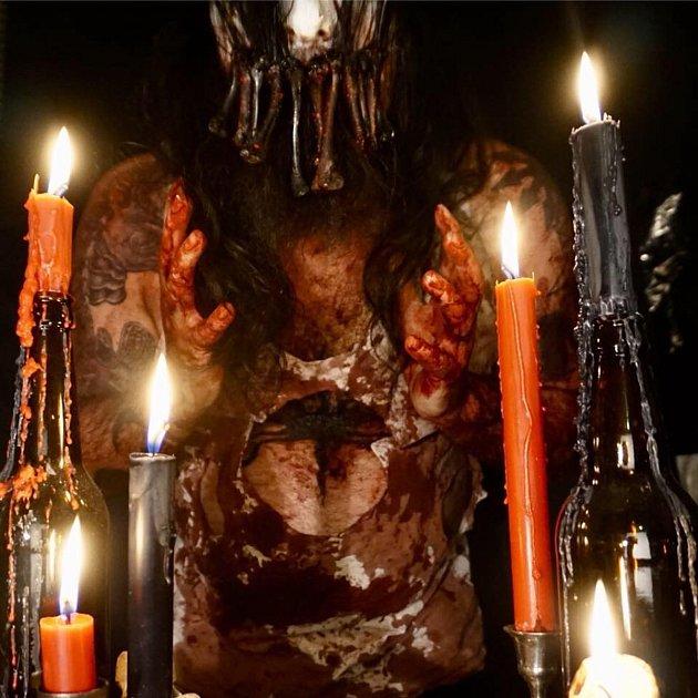 Fotografie ze sedlecké kostnice umístěná na facebookovém profilu, který oslavuje nekromancii a smrt.