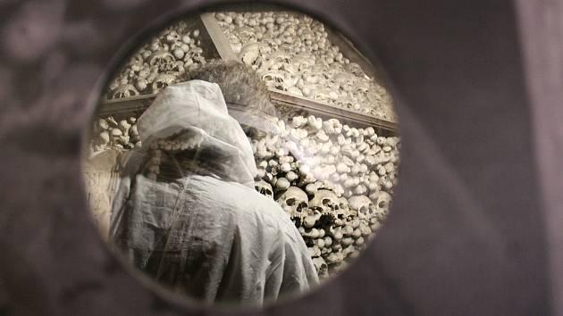 V kostnici se začalo s rozebíráním kosterní pyramidy