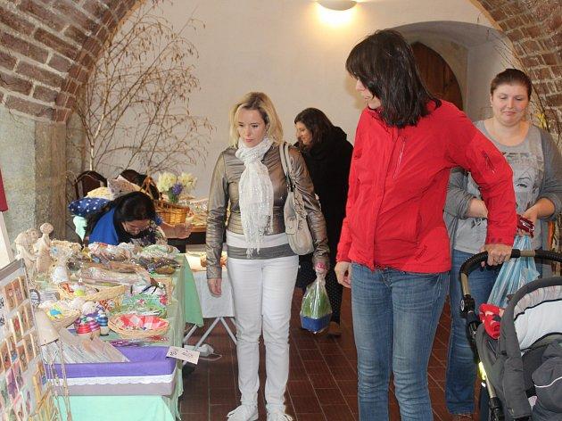 V preghausu Vlašského dvora lidé nakupují velikonoční dekorace