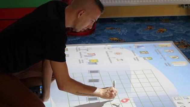 Učitel Petr Štolba pracuje s magic boxem