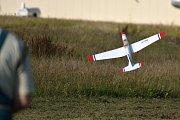 Letečtí modeláři se schází každou středu odpoledne ve Zbraslavicích. Na letišti mají vyhražený prostor pro svou zálibu.