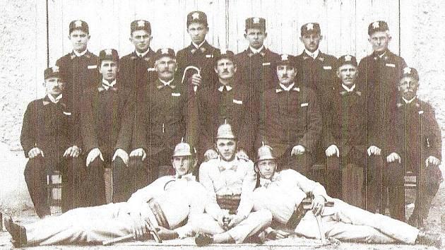 Členové hasičského sboru v roce 1930. Snímek vznikl při slavnostním otevírání hasičské zbrojnice v Hraběšíně.