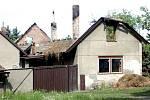Po požáru rodinného domu v Žehušicích bylo nutné odstranit ohořelý krov.