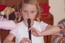 Děti zazpívaly a zahrály seniorům ke Dni matek.