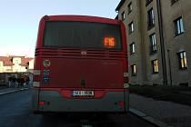 Autobus městské hromadné dopravy ve Školní ulici v Kutné Hoře.