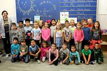Základní škola Kamenná stezka v Kutné Hoře: prvňáčci s třídní učitelkou Yvettou Jeřábkovou.