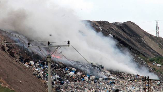 Požár skládky u Čáslav 14. července 2015.