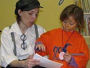 Poštovní skřítek  vypráví dětem o poštovní známce.