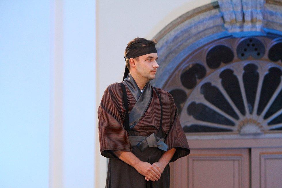 Opera se hrála v rajské zahradě bývalého kláštera.