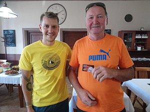 Vyhlášení jarní části TIP ligy 2018. Vítězku Ivanu Chvátilovou zastoupil její manžel (vpravo) a vyzvedl ji poukaz na 30l sud piva Gambrinus.