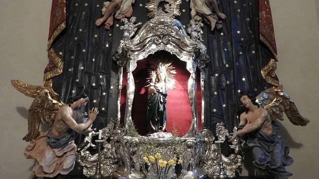 Za Čáslavskou madonou putovali poutníci do kostela sv. Petra a Pavla z celé země.