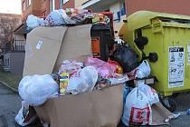 Přeplněné kontejnery v Dolní ulici v Kutné Hoře.