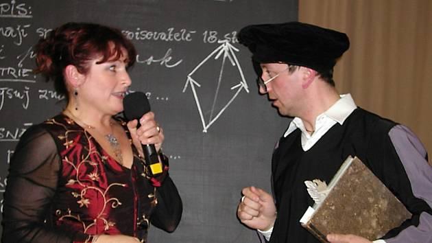 Loňským benefičním plesem školy provedl návštěvníky Václav Veselý v roli nesmlouvavého kantora.