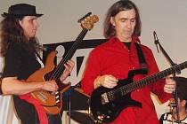 Slavní kytaristé Pavel Jakub Ryba (vlevo) a Dean Brown.