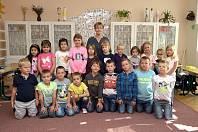 Základní škola ve Zbraslavicích: prvňáčci s třídní učitelkou Blankou Čežíkovou.
