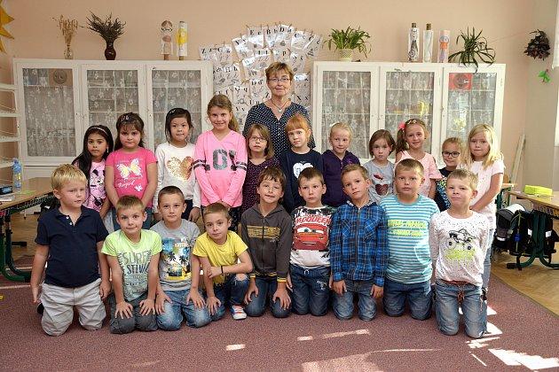 Základní škola ve Zbraslavicích: prvňáčci střídní učitelkou Blankou Čežíkovou.