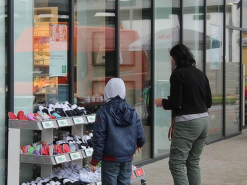 Znovuotevření obchodů s obuví a oblečením (pouze zboží pro děti) v Kutné Hoře po skončení nouzového stavu.