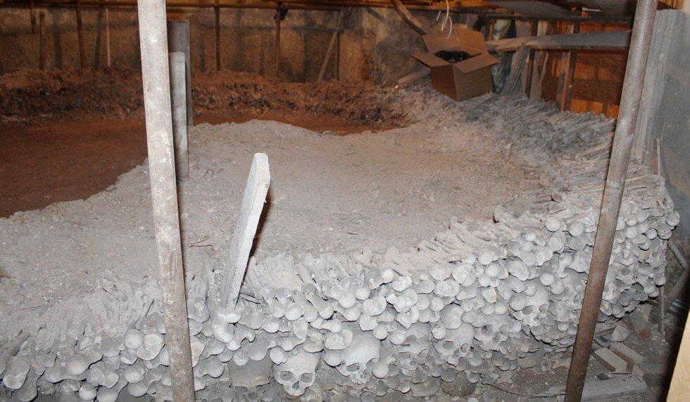 Záběry ze sedlecké kostnice v době rozebírání první kosterní pyramidy.