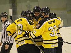 Kutnohorští Sršni jsou po dvou zápasech ve skupině o udržení v krajské hokejové lize na prvním místě s plným počtem šesti bodů.