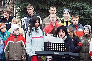 Vánoční zpívání pod ozdobeným stromem na náměstí ve Zbraslavicích.