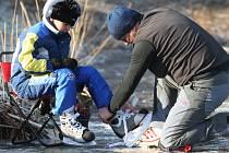 Bruslení na rybnících s sebou nenese jen radost a klid, ale i nebezpečí prolomení ledu. Přes nízké teploty si stále nikdo nemůže být jist zda ledová pokrývka vydrží. Ošetřená  plocha na zimních stadionech je přizpůsoben bruslařskému náporu.