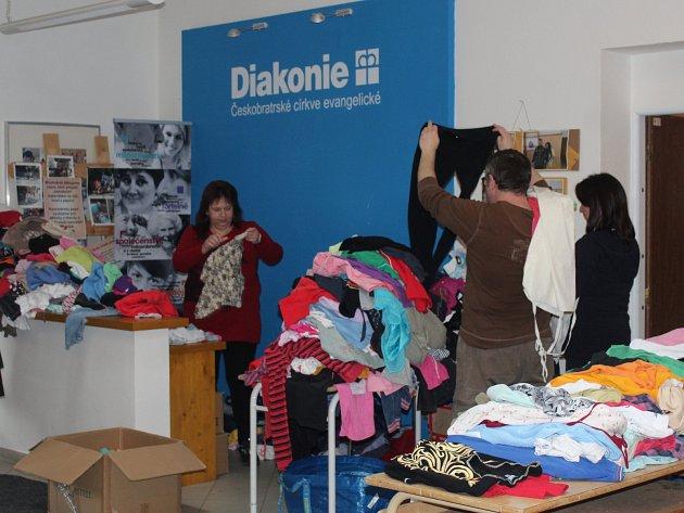 Kvůli nepřízni počasí se letos dobročinný bazar konal v hale.