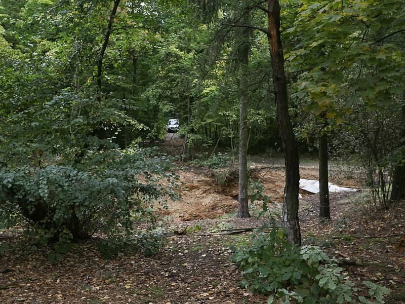 Propad půdy nedaleko rozhledny na Kaňku.
