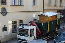 Transport dřevěné budky z Palackého náměstí Tylovou ulicí v Kutné Hoře.