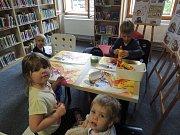 Děti si vyrobily v prázdninových dílničkách nátepníky.