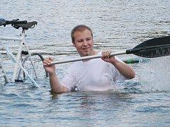 Při Čáslavské neckyádě na hladinu Podměstského rybníka vyplul parník i kosatka Willy