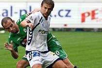 Petr Papoušek (v bílém) při utkání s Jabloncem, 7. srpna 2010.