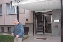 Panelový dům v ulici Na Výsluní ve Zruči nad Sázavou.