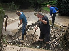 Odstraňování následků přívalového deště v chatové osadě Chřenovice - Podhradí.