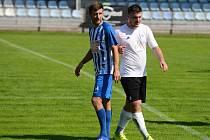 Fotbalista FK Čáslav Kamil Petrů (vlevo).