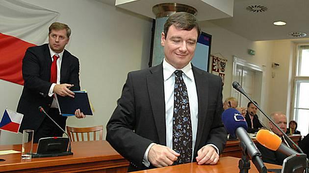Středočeský hejtman David Rath a jeho předchůdce Petr Bendl.
